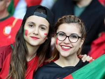 ความสวยงามจะสู้กันได้มั้ย ??แฟนบอลสาวระหว่างทีมชาติโปรตุเกสกับทีมชาติเวลส์