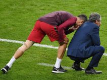 รูปภาพสุดมันในเกมชิงชนะเลิศที่โปรตุเกสชนะเจ้าภาพฝรั่งเศส 1-0