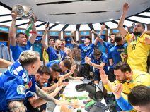 อิตาลีฉลองแชมป์ในห้องแต่งตัว