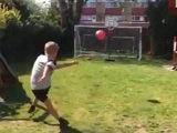 เจ๋ง!เด็ก9ขวบเตะบอลเข้าห่วงบาสเลียนแบบมอนโตย่า