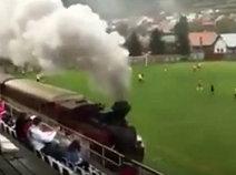 ของแปลก!รถไฟวิ่งผ่านริมสนามบอล