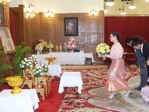 โปรเมสวมชุดไทยลงนามถวายพระพรในหลวง